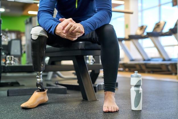 Behinderter athlet, der sich nach dem training ausruht