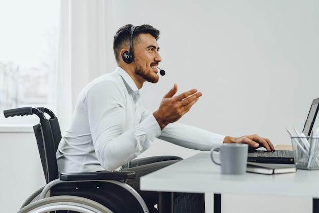 Behinderter junger mann geschäftsmann, der von zu hause mit headset arbeitet