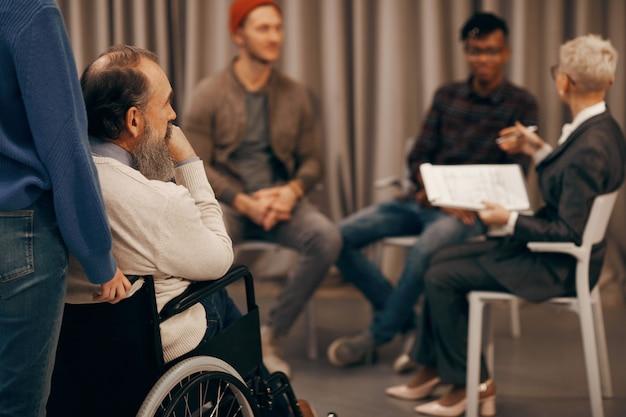 Behinderter mann beim geschäftstreffen