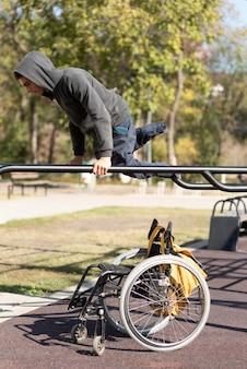 Behinderter mann, der arme voll trainiert