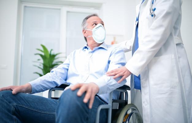 Behinderter mann, der eine maske während der coronavirus-pandemie trägt