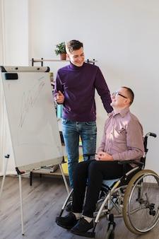 Behinderter mann, der im büro arbeitet