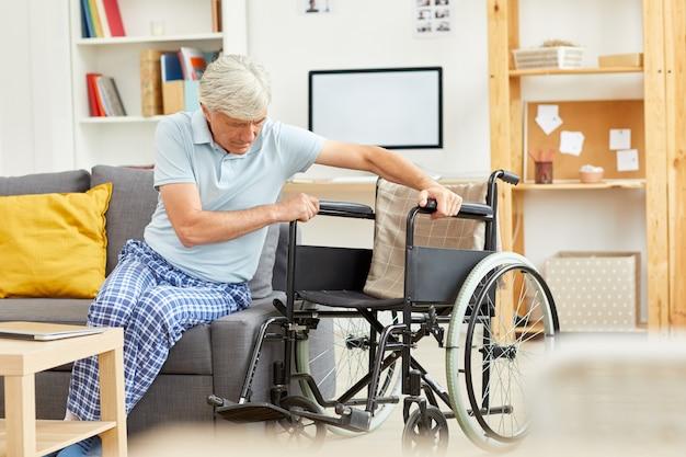 Behinderter mann, der versucht aufzustehen