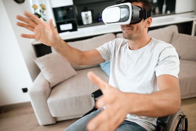 Behinderter mann genießt schutzbrillen der virtuellen realität