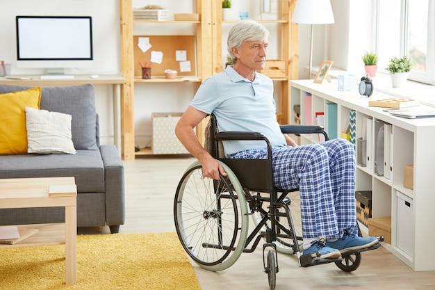 Behinderter mann im wohnraum