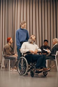 Behinderter mann in der therapiestunde