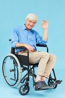 Behinderter mann mit ok-zeichen