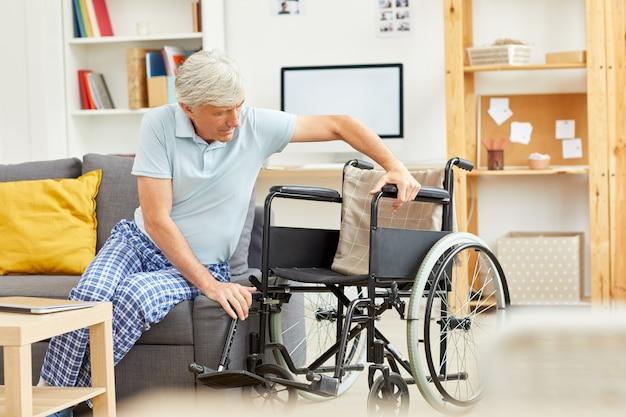 Behinderter mann mit rollstuhl