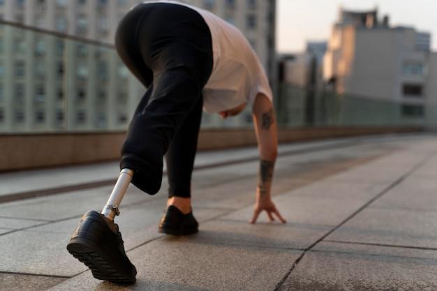 Behinderter mit amputiertem bein