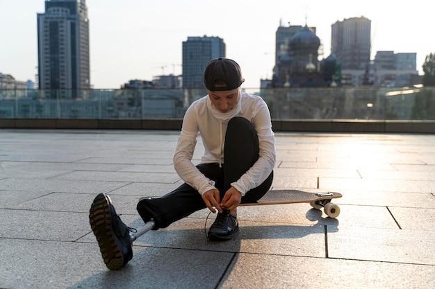 Behinderter mit skateboard im freien