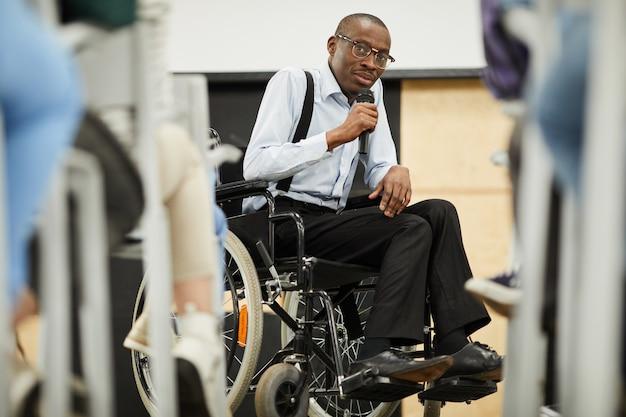 Behinderter motivationsredner auf der konferenz