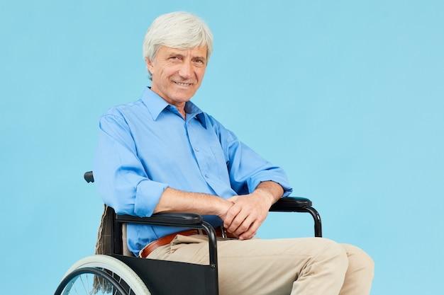 Behinderter patient im rollstuhl