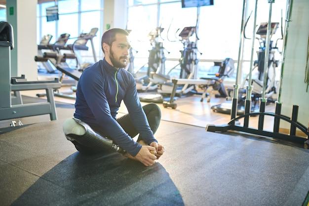 Behinderter sportler im fitnessstudio