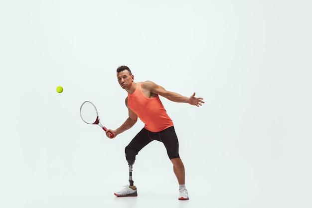 Behinderter tennisspieler auf weiß