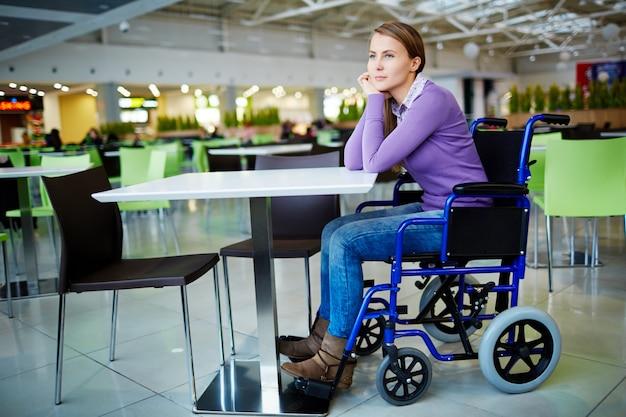Behindertes mädchen im einkaufszentrum