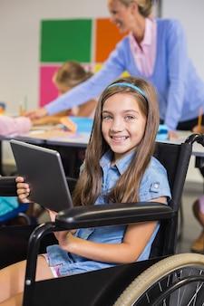 Behindertes schulmädchen mit digitalem tablet