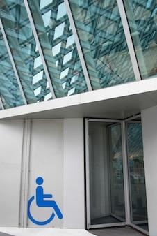 Behindertes zeichen am eingang der seattle-zentralbibliothek, staat seattles, washington, usa