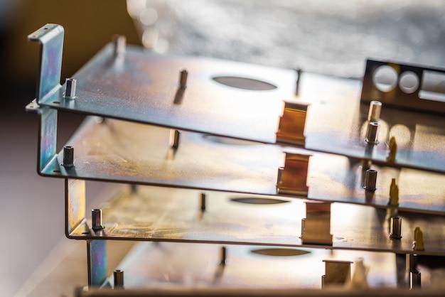 Bei der herstellung moderner spezialcomputer und professioneller medizinischer geräte liegen metallplatinen und zubehör an der oberfläche. konzept der tech-produktion
