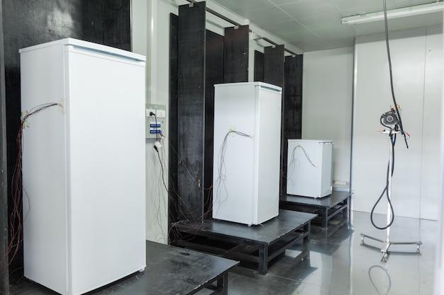 Bei der werksendkontrolle von kühlschränken
