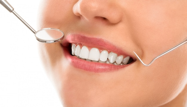 Bei einem zahnarzt mit einem lächeln