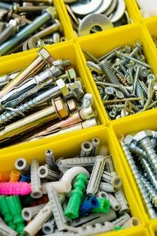 Bei kleinen Bauobjekten. Isolierter Werkzeugkasten. Metallreparatur im Kasten einstellen.
