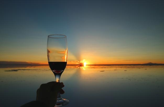 Beifall zum herrlichen sonnenuntergang auf den spiegeleffekt von uyuni salt flats, bolivien, südamerika
