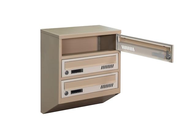 Beige ecru khaki farbe postfächer auf dem weißen hintergrund isoliert. briefkasten für den eingang des mehrfamilienhauses. briefkasten aus metall