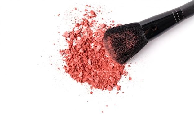 Beige gesichtspuder und pinsel für make-up isoliert auf weißem hintergrund