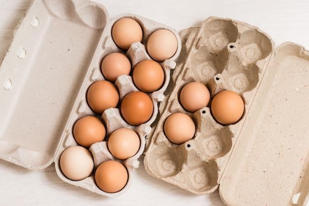 Beige hühnereier in einem karton
