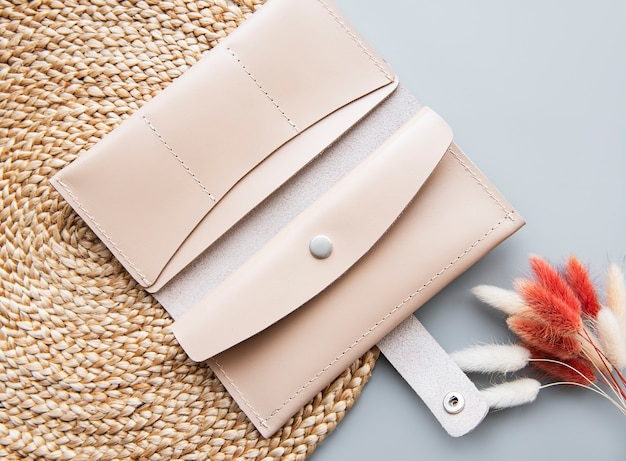 Beige lederbrieftasche auf grauer oberfläche
