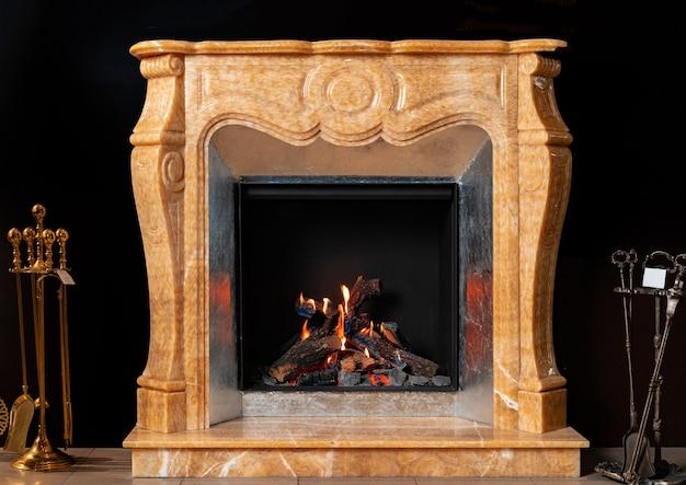 Beige marmor luxus kamin auf schwarzem hintergrund