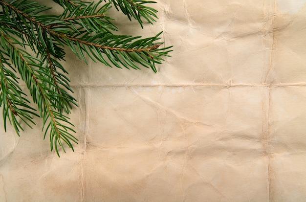 Beige papierhintergrund mit weihnachtsbaum