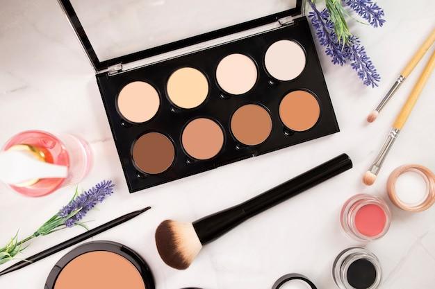 Beige pastelltöne palette für konturierung, textmarker und ton des gesichts, pinsel, nacktes make-up.