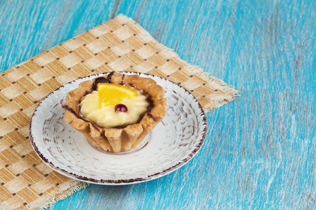 Beige platte mit einem kuchen