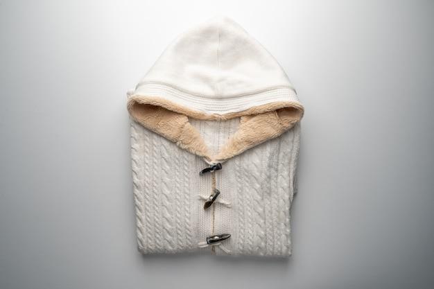 Beige pullover isoliert