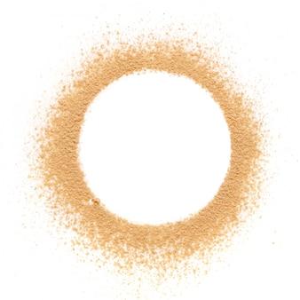 Beigefarbener crash-puder für das make-up als probe des kosmetikprodukts