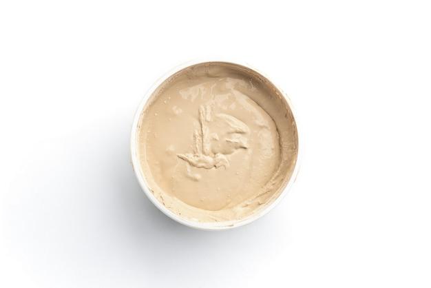 Beiger zementmörtel zum füllen von lücken zwischen den auf weißem hintergrund isolierten keramikfliesen.