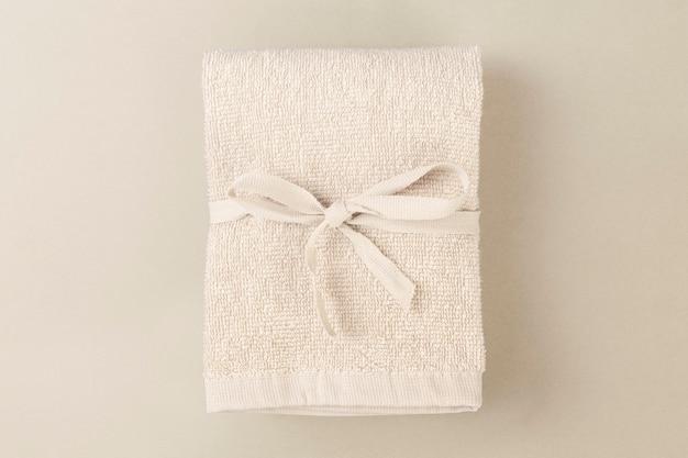 Beiges badetuch aus bio-baumwolle