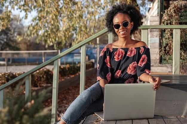 Beiläufige afrikanische frau, die draußen arbeitet