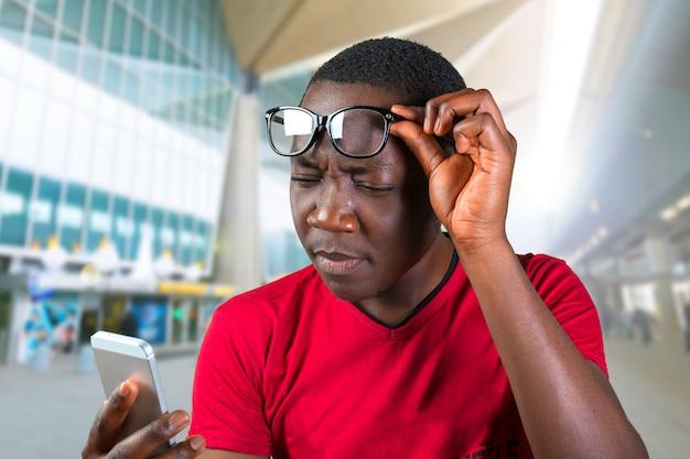 Beiläufiger junger afrikanischer mann