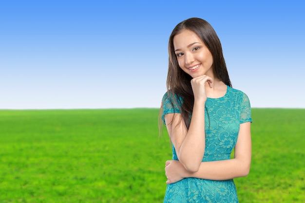 Beiläufiges asiatisches kaukasisches frauenlächeln der mischrasse, das glücklich schaut