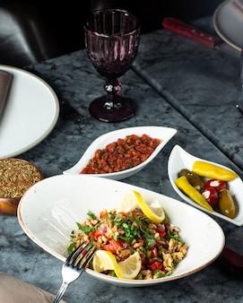 Beilagen mit tomatensalat-gurkenteller und würzigem auberginensalat