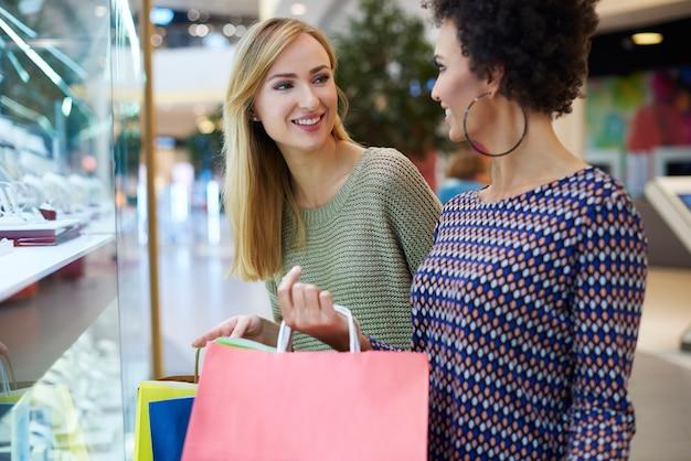 Beim einkaufen durch das fenster schauen