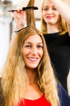 Beim friseur - frau bekommt neue haarfarbe
