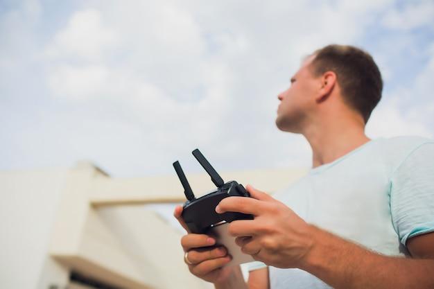 Beim starten der quadcopter-drohne startet der bediener das unbemannte fliegen eines quadcopter-uav.