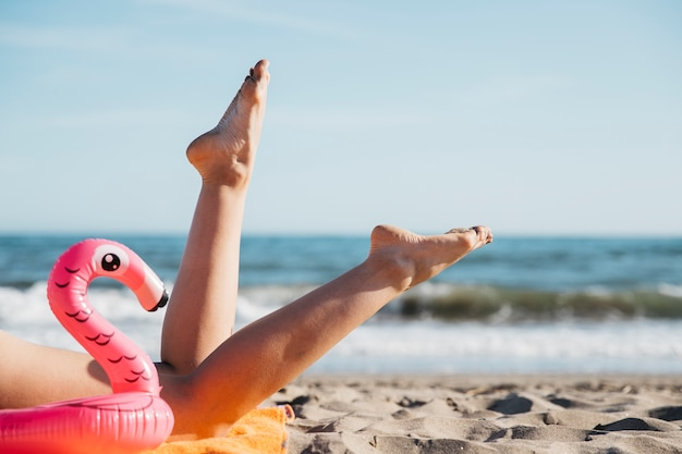 Beine der frau am strand