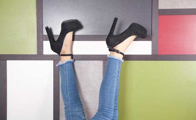 Beine der jungen frau in stilvollen hohen schuhen.