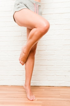 Beine der jungen kaukasischen sportlichen barfüßigfrau