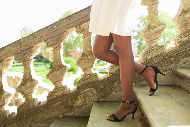 Beine der schwarzen dame zu fuß treppe im park