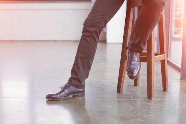 Beine eines geschäftsmannes in einem schwarzen anzug